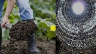 """Đang đào đất bỗng xẻng bị """"nuốt chửng"""", rọi đèn bước xuống mới bàng hoàng phát hiện!!"""