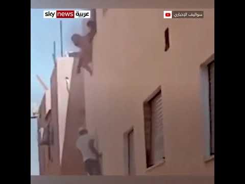 بالفيديو.. أب يلقي أطفاله من النافذة لإنقاذهم من حريق بالأردن