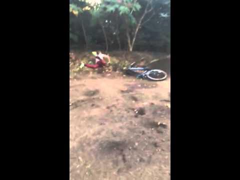 Coller Junge packt sich mit Mountainbike