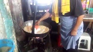 Pria Masak Nasi Goreng Ini Diperbincangkan, Netizen Tanya Soal Caranya Mengaduk