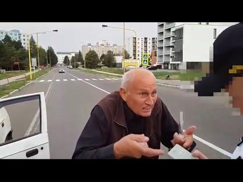 Policisté zastavili agresivního důchodce