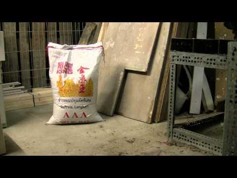 Ricebag falling over / Sack Reis fällt um