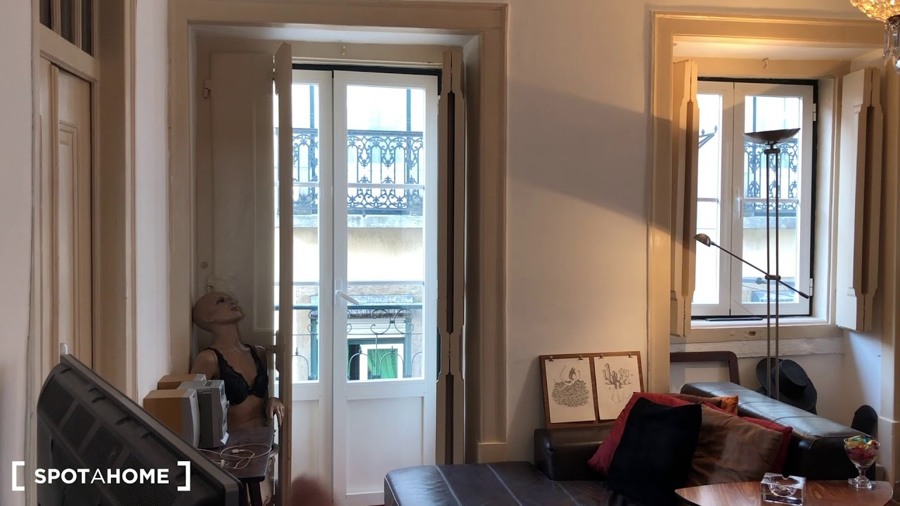 Double bed in Room for rent in central 2-bedroom apartment in Bairro Alto