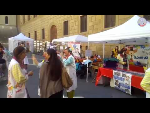 Siena, giornata del naso rosso: Clown in Piazza Salimbeni