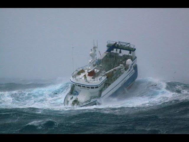 צפו בספינות במסע, בלב ים סוער: