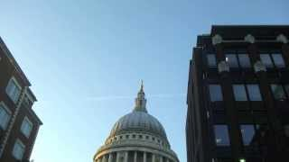 preview picture of video 'Walking along London's South Bank: Tower Bridge to the Millennium Bridge & St Pauls'
