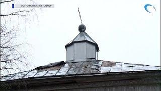Жители волотовской деревни Верёхново спасают местную церковь после октябрьского разгула стихии