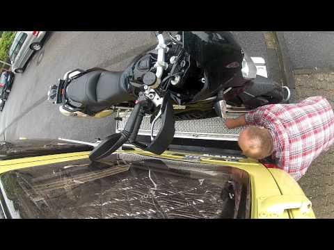 Motorradverladung auf einer Fiedler-Bühne