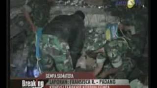 Seorang Karyawan Korban Gempa Dari Pasar Raya Dievakuasi