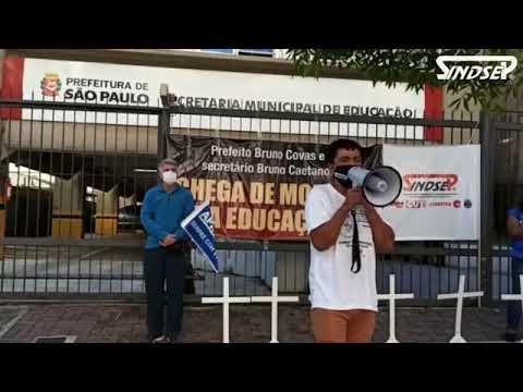 Protesto em homenagem aos profissionais da educação vítimas da Covid-19 é realizado em frente a SME