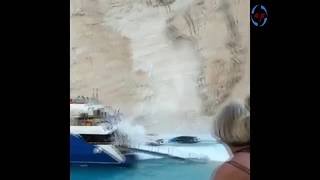 На знаменитом греческом пляже скала рухнула прямо на туристов.