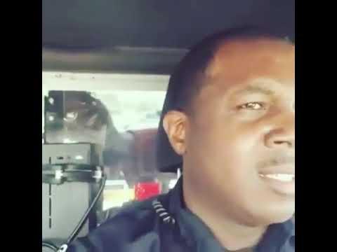 黑人在警車上唱歌