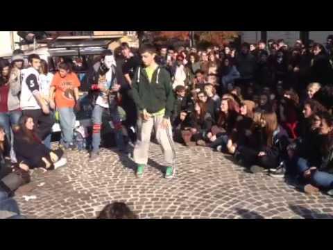Studenti del coreutico ballano