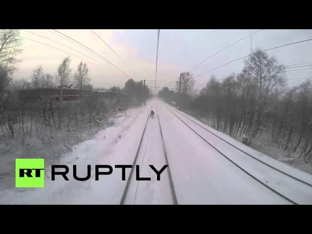 مغامر روسي يتعلق بقطار ليتزلج بسرعة عالية