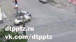 После ДТП отбросило на тротуар, светофор и дорожный знак