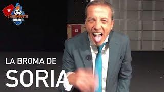 Cristóbal #Soria decidió gastarle una broma a Josep #Pedrerol en pleno directo de #ElChiringuito cuatro meses después de la que el presentador le hizo por traje.  Suscríbete si no quieres perderte ninguno de los momentazos de #Chiringuito Inside: https://bit.ly/2LskNfD  ◆ Debatimos los temas del momento en Mesa de Redacción: https://bit.ly/2LnPfHv  ◆ Todos los directos de Chiringuito Inside: http://bit.ly/2QIY2nB  ◆ Fichajes y fútbol internacional con DIEGO & PARABÓLICOS:  ◆ Los mejores challenges con los protagonistas de Chiringuito de Jugones: http://bit.ly/2JTgn0U  Descubre Chiringuito Inside, todo lo que aún no has visto en El Chiringuito de Jugones. Directos, opiniones, debates y El Chiringuito de Jugones desde dentro y con todas las caras más conocidas. Josep Pedrerol, Quim Domènech, Cristóbal Soria, Alfredo Duro, Carme Barceló,  Lobo Carrasco y muchos más una visión distinta.