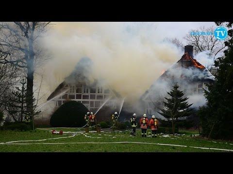 Zwei Reetdachhäuser brennen in Grossenwörden