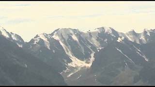 Вертолёт МЧС летит на помощь альпинистам