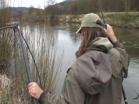 Martin Bowler fanger en stor gedde i en å