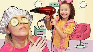 Valentina finge Brincar de cabelereira com a Mamãe