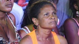 Prezidan Martelly k'ap joure yon fanm nan vil Miragoane paske li t'ap pwoteste kont li