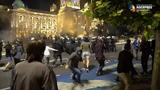 Serbia: Zeci de arestări la Belgrad în urma ciocnirilor între protestatari şi forţele de ordine după anunţarea reluării restricţiilor