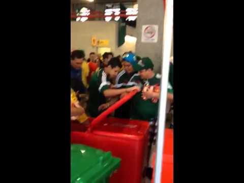 Mexicanos robando cerveza