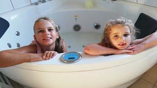 SanneVilleFamily❤️Pigerne putter fizzing bath bombs i spa💦