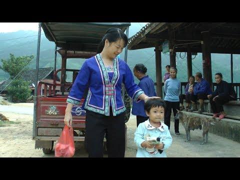 在乡下生活虽然没有什么钱,但农村姑娘却过得很开心很满足