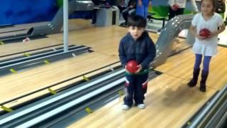 Jugar bolos para niños - Bowling for children