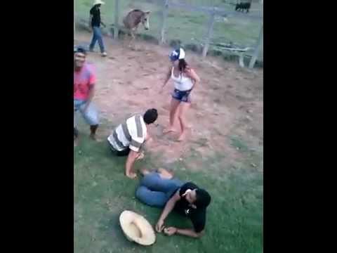 Morena Misteriosa brinca com os peões  na Fazenda Macarena na Palestina e cai do cavalo