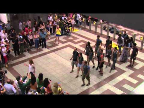 Εθνικό Θέατρο «Βάτραχοι» του Αριστοφάνη... Flash mob σταθμός Μετρό Συντάγματος