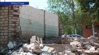 В Крестцах снесли дурнопахнущий туалет у автостанции
