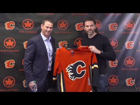 Jagr throws on Flames jersey for first time