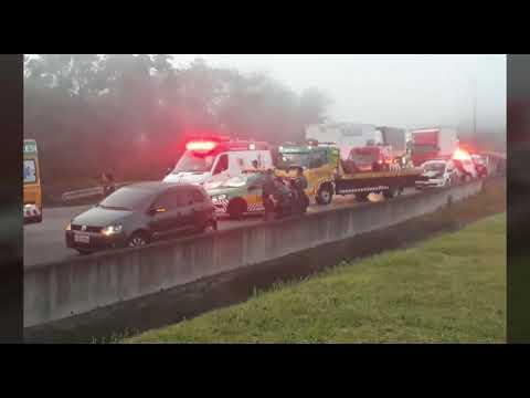 Acidente entre ônibus e carreta deixa 18 feridos na Rodovia Régis Bittencourt