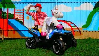 Der Clown hilft dem kleinen Einhorn seine Mama zu finden. Spielzeugvideo für Kinder.