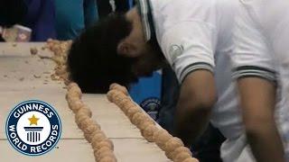 Смотреть онлайн Рекорд Гиннеса: Мужик колет орехи головой за минуту