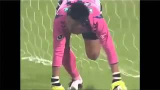 Смотреть онлайн Футболист забил гол головой с шестидесяти метров