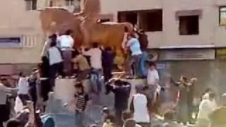 preview picture of video 'Siria, Dayr Az Zawr, Eliminación de la Estatua del Falso Heroe Basel Al Asad, 22/04/2011'