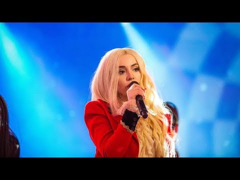 Ava Max performs 'Sweet but Psycho' live