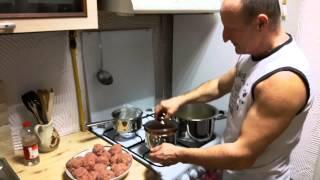 Klopsiki z mielonego mięsa indyka w sosie śmietankowym.