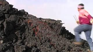 Mann rennt über glühende Lava