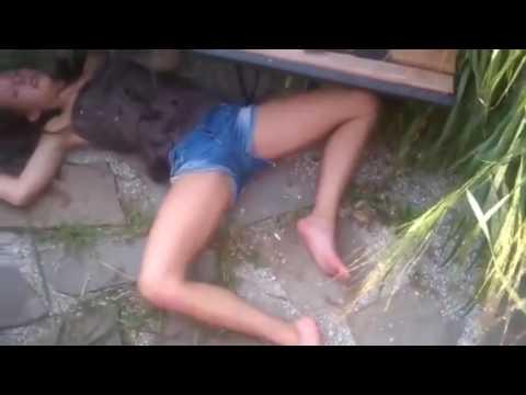 Пьяная девочка лежит без сознания а над ней ржут