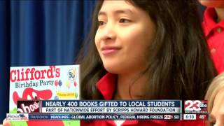 Scripps Howard Foundation gifts 400 books to local elementary students