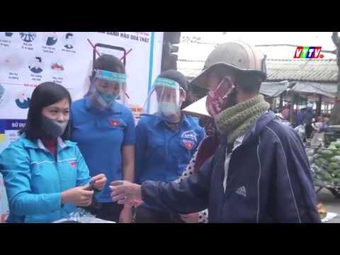 Đoàn TNCS HCM huyện Vũ Thư phối hợp với Đoàn xã Hòa Bình cấp phát khẩu trang cho người dân tại Chợ Thông