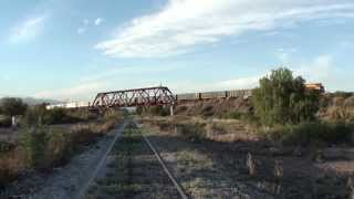 preview picture of video 'Tren del Belgrano Cargas y Logística (FCGB) pasando puente sobre el FCSM en Buena Nueva, Mendoza'
