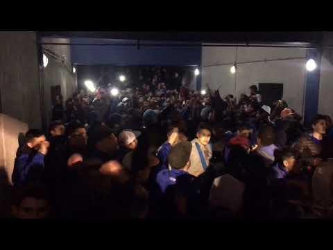 """""""""""A todo ritmo La Pandilla De Liniers"""" + """"acá llego la Banda del barrio de liniers"""""""" Barra: La Pandilla de Liniers • Club: Vélez Sarsfield • País: Argentina"""