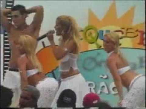 Axé blond canta Pancadão no Mark Requebra Verão