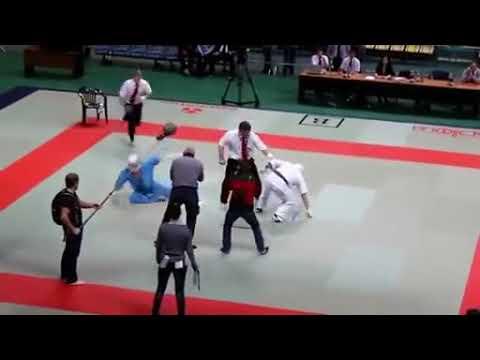 Un arbitre de Karaté perd son sang-froid et met K.O les 2 compétiteurs !