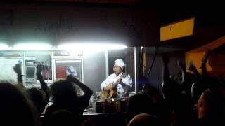 Kuchař čínských nudlí zpívá Červenou řeku